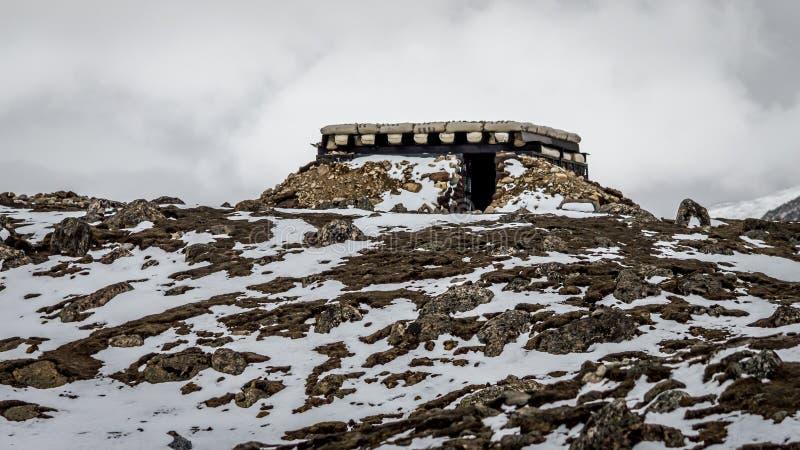 Μια αποθήκη στρατού που καλύπτεται τέλεια στο χιόνι και τις δύσκολες εκτάσεις στοκ εικόνες με δικαίωμα ελεύθερης χρήσης