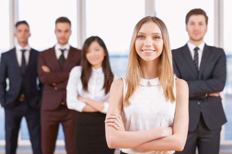 Μια από τη επιχειρηματία ή τον επιχειρηματία που στέκεται μέσα στοκ εικόνες