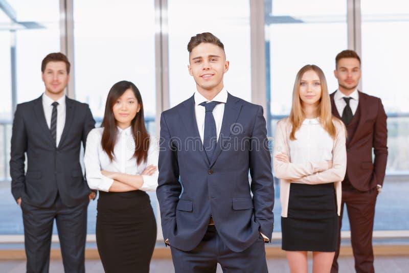 Μια από τη επιχειρηματία ή τον επιχειρηματία που στέκεται μέσα στοκ εικόνα