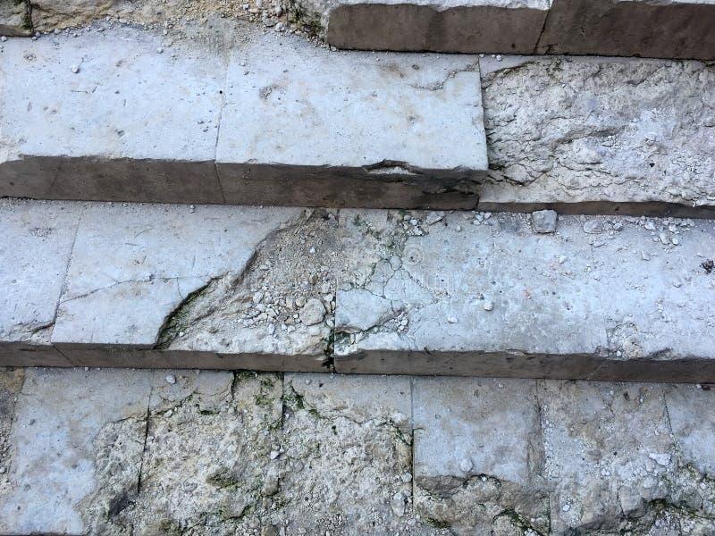 Μια αρχαία σκάλα με τα βήματα από μια άσπρη μαρμάρινος-σκορπισμένη πέτρα στοκ φωτογραφία με δικαίωμα ελεύθερης χρήσης