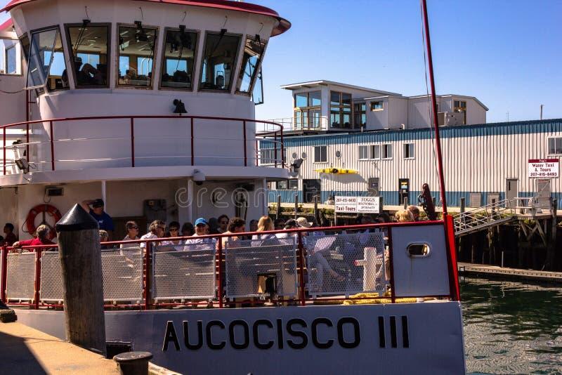 Μια βάρκα γύρου αφήνει την αποβάθρα για τα νησιά στοκ εικόνες