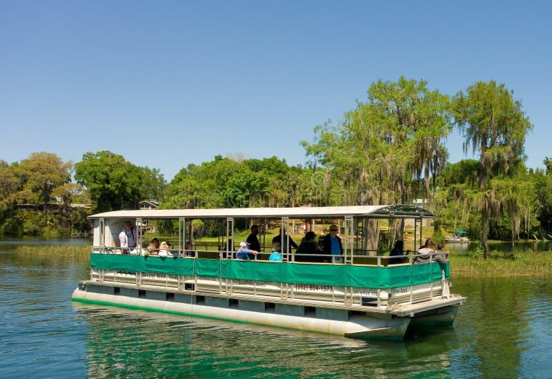 Μια βάρκα εξόρμησης μια ηλιόλουστη ημέρα στη Φλώριδα στοκ εικόνα με δικαίωμα ελεύθερης χρήσης