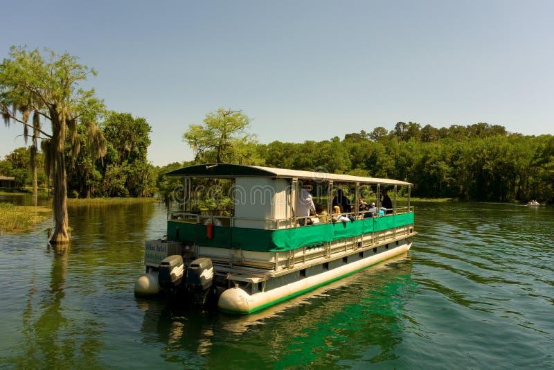 Μια βάρκα εξόρμησης μια ηλιόλουστη ημέρα στη Φλώριδα στοκ εικόνες