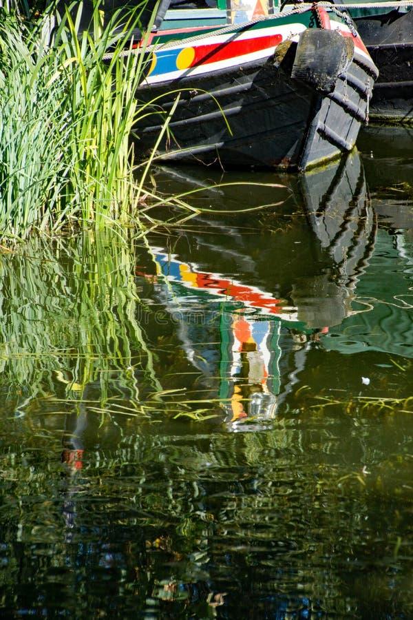 Μια βάρκα καναλιών έδεσε και απεικονίζοντας στον ποταμό Stort στοκ εικόνα με δικαίωμα ελεύθερης χρήσης