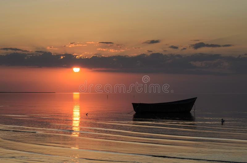 Μια βάρκα κοντά στην ακτή της θάλασσας της Βαλτικής στο ηλιοβασίλεμα, Λετονία, Jurmala στοκ φωτογραφίες με δικαίωμα ελεύθερης χρήσης