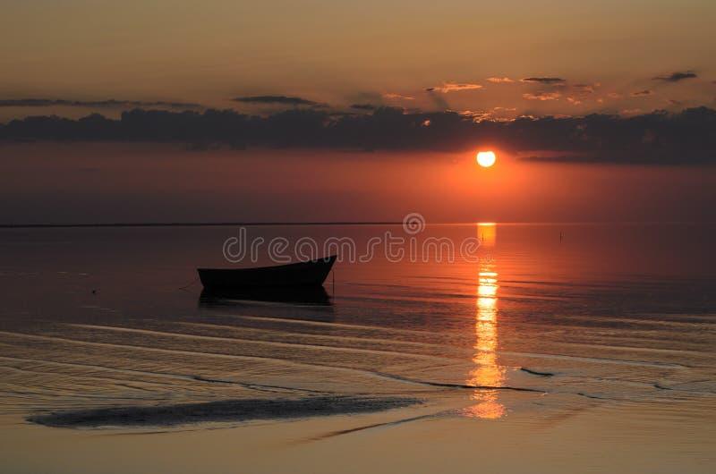 Μια βάρκα κοντά στην ακτή της θάλασσας της Βαλτικής στο ηλιοβασίλεμα, Λετονία, Jurmala στοκ εικόνες με δικαίωμα ελεύθερης χρήσης