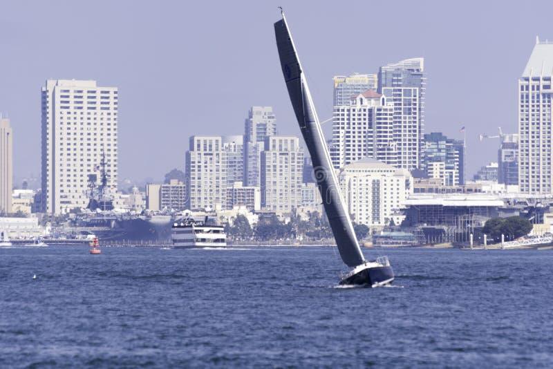 Μια βάρκα πανιών που στερεώνει επάνω τον κόλπο του Σαν Ντιέγκο στοκ φωτογραφία