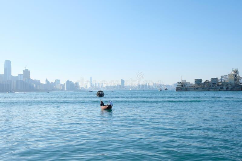 Μια βάρκα που επιπλέει στο λιμάνι Βικτώριας στοκ φωτογραφίες με δικαίωμα ελεύθερης χρήσης