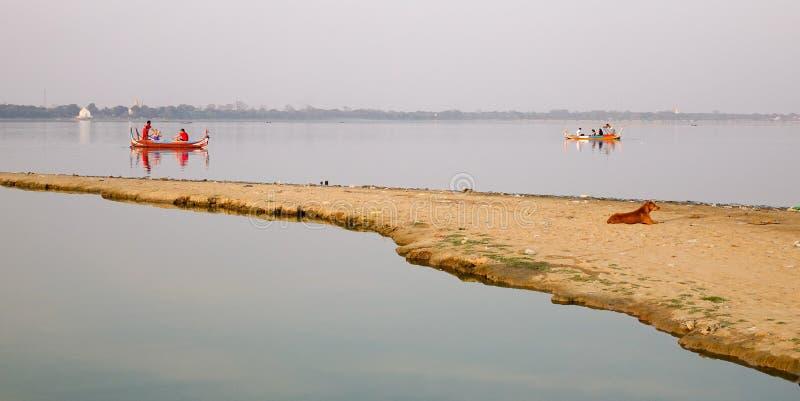 Μια βάρκα στη λίμνη Taungthaman στο Mandalay, το Μιανμάρ στοκ εικόνα