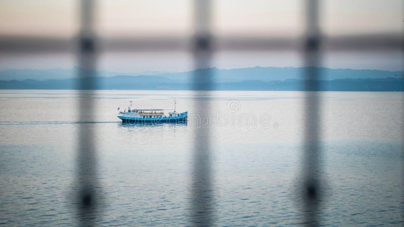 Μια βάρκα στο Κόλπο της Τεργέστης στοκ εικόνα