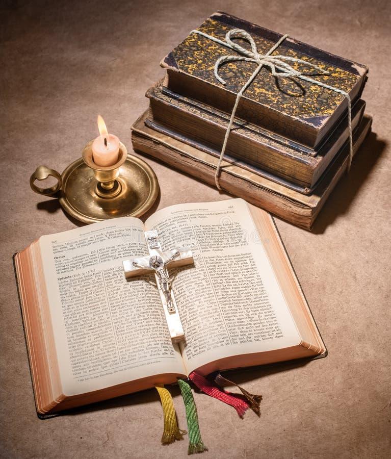 Μια Βίβλος ανοικτή σε έναν πίνακα στοκ εικόνες