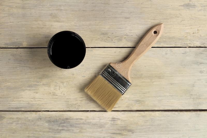 Μια βούρτσα βρίσκεται δίπλα thermos με ένα φλυτζάνι σε έναν παλαιό λευκό εκλεκτής ποιότητας ξύλινο πίνακα Θέση για το κείμενο ή τ στοκ εικόνα