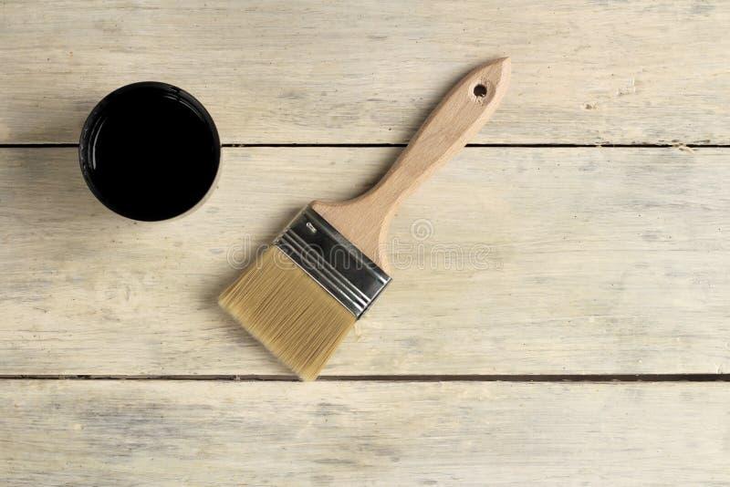 Μια βούρτσα βρίσκεται δίπλα thermos με ένα φλυτζάνι σε έναν παλαιό λευκό εκλεκτής ποιότητας ξύλινο πίνακα Θέση για το κείμενο ή τ στοκ φωτογραφία