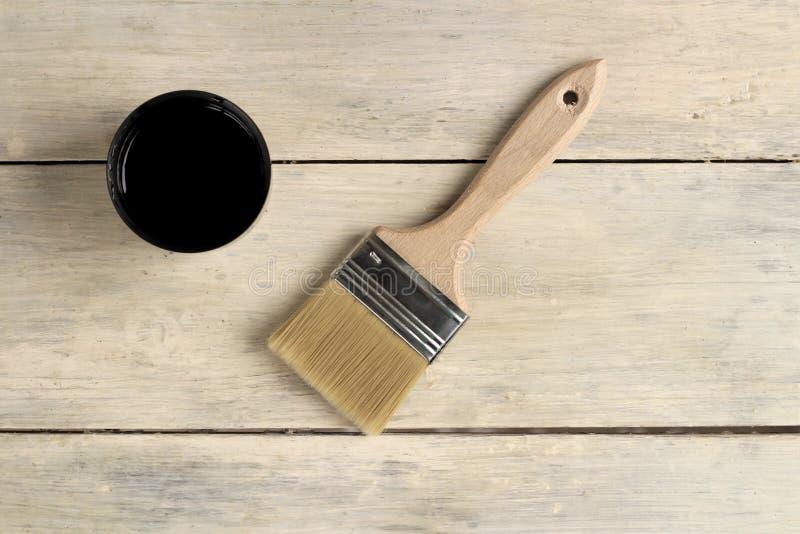 Μια βούρτσα βρίσκεται δίπλα thermos με ένα φλυτζάνι σε έναν παλαιό λευκό εκλεκτής ποιότητας ξύλινο πίνακα Θέση για το κείμενο ή τ στοκ φωτογραφίες