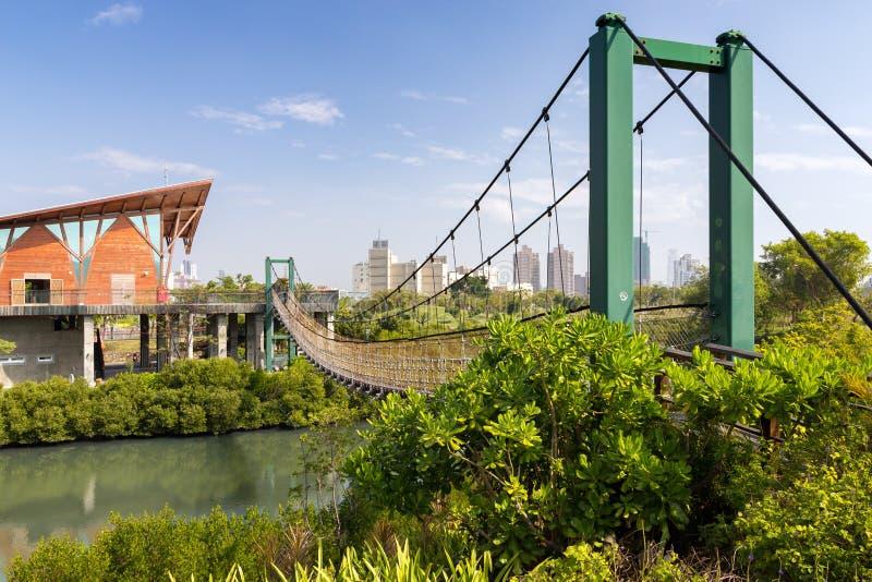Μια γέφυρα αναστολής στο πάρκο υγρότοπων Jhongdou στοκ εικόνες με δικαίωμα ελεύθερης χρήσης