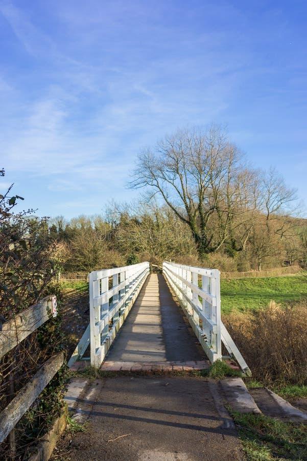 Μια γέφυρα για πεζούς πέρα από έναν ποταμό στο νότο κατεβάζει τον τρόπο στοκ φωτογραφία