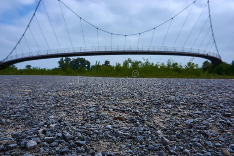 Μια γέφυρα με το αμμοχάλικο στο πρώτο πλάνο στοκ φωτογραφίες