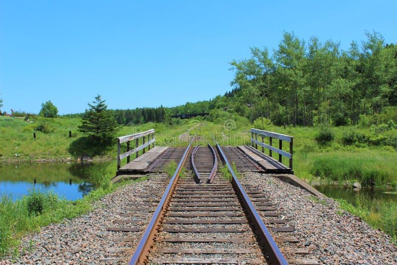 Μια γέφυρα τραίνων πέρα από μια μικρή λίμνη κοντά στην πόλη του λιμένα Hawkesbury μια ηλιόλουστη ημέρα στοκ εικόνες με δικαίωμα ελεύθερης χρήσης