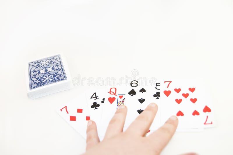 Μια γέφυρα των καρτών που διαδίδονται κατά μήκος ενός άσπρου υποβάθρου στοκ εικόνες