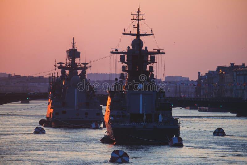 Μια γραμμή σύγχρονων ρωσικών στρατιωτικών ναυτικών θωρηκτών θωρηκτών στη σειρά, το βόρειο στόλο και το στόλο της θάλασσας της Βαλ στοκ φωτογραφία με δικαίωμα ελεύθερης χρήσης