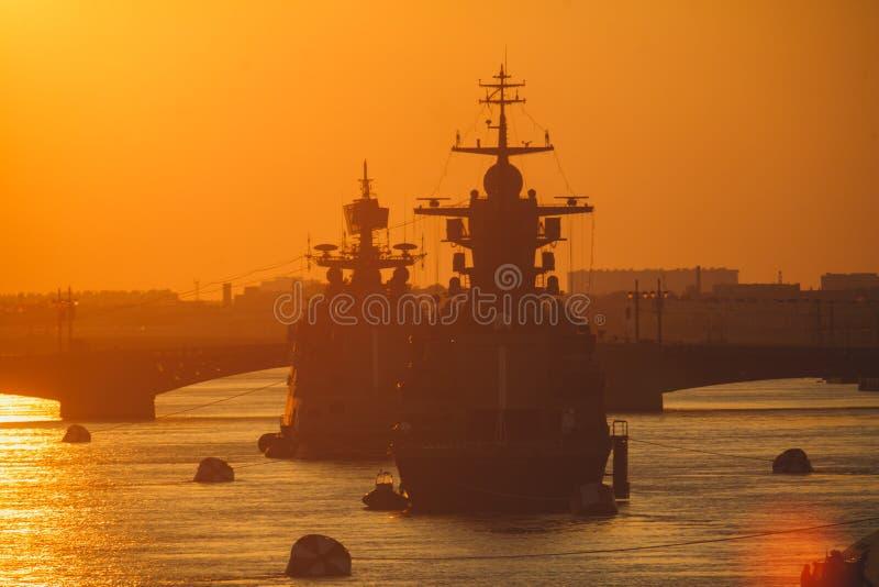 Μια γραμμή σύγχρονων ρωσικών στρατιωτικών ναυτικών θωρηκτών θωρηκτών στη σειρά, το βόρειο στόλο και το στόλο της θάλασσας της Βαλ στοκ εικόνες
