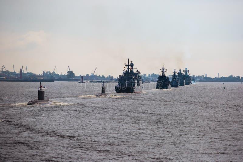 Μια γραμμή σύγχρονων ρωσικών στρατιωτικών ναυτικών θωρηκτών θωρηκτών στη σειρά, το βόρειο στόλο και το στόλο της θάλασσας της Βαλ στοκ εικόνα