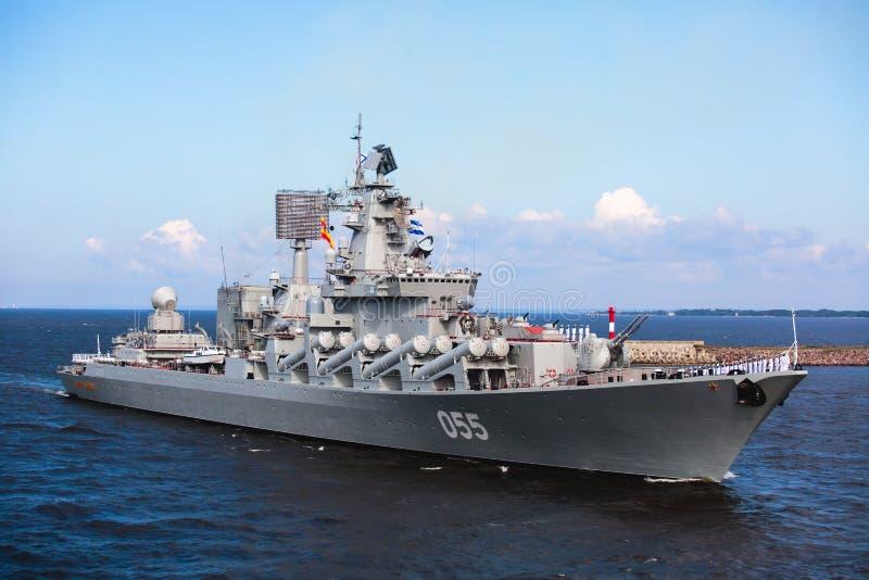 Μια γραμμή σύγχρονων ρωσικών στρατιωτικών ναυτικών θωρηκτών θωρηκτών στη σειρά, το βόρειο στόλο και το στόλο της θάλασσας της Βαλ στοκ φωτογραφίες με δικαίωμα ελεύθερης χρήσης
