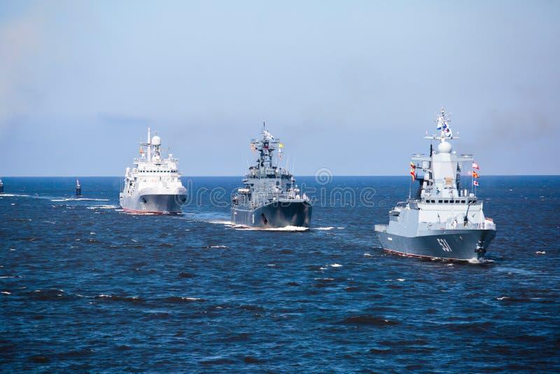 Μια γραμμή σύγχρονων ρωσικών στρατιωτικών ναυτικών θωρηκτών θωρηκτών στη σειρά, το βόρειο στόλο και το στόλο της θάλασσας της Βαλ στοκ φωτογραφίες