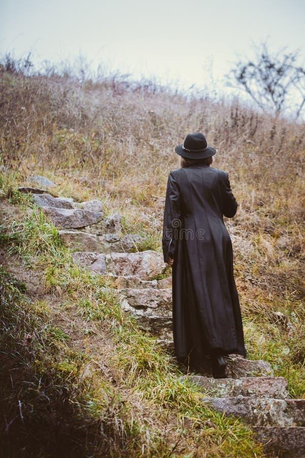 Μια γυναίκα αναρριχείται στα σκαλοπάτια στοκ φωτογραφία με δικαίωμα ελεύθερης χρήσης