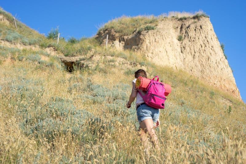 Μια γυναίκα αναρριχείται στο λόφο στοκ φωτογραφίες με δικαίωμα ελεύθερης χρήσης