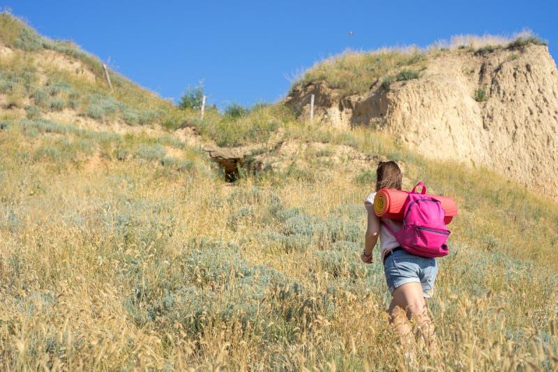 Μια γυναίκα αναρριχείται στο λόφο στοκ εικόνες