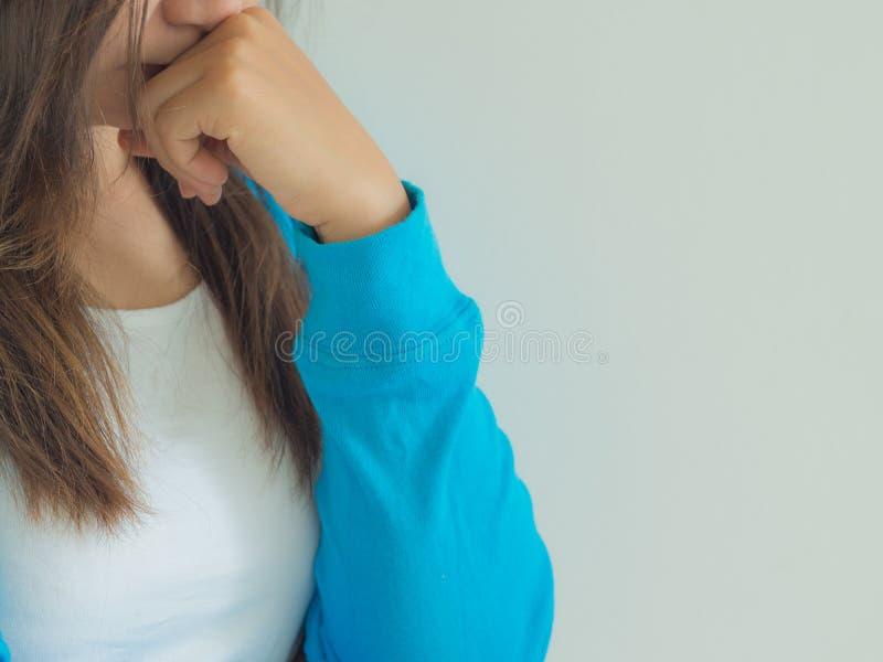 Μια γυναίκα βαθιά στη σκέψη ή με έναν πονοκέφαλο στοκ φωτογραφία