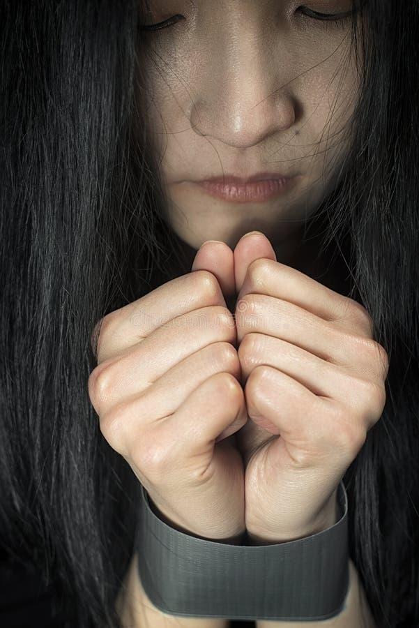 Μια γυναίκα δίνει συνδεδεμένος με την ταινία στοκ φωτογραφία