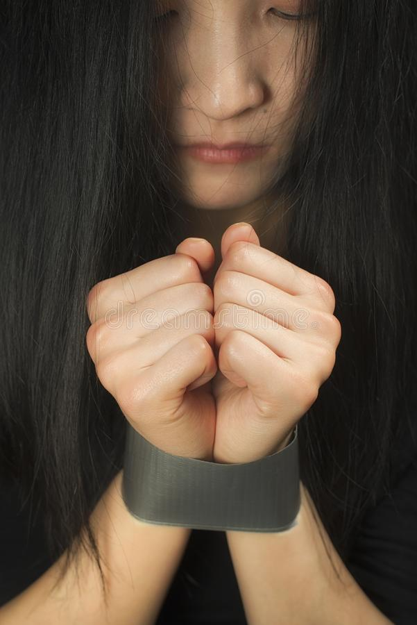 Μια γυναίκα δίνει συνδεδεμένος με την ταινία στοκ εικόνες