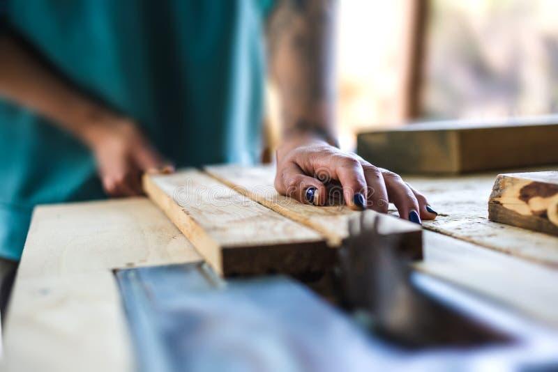 Μια γυναίκα εργάζεται σε ένα εργαστήριο ξυλουργικής στοκ εικόνα με δικαίωμα ελεύθερης χρήσης