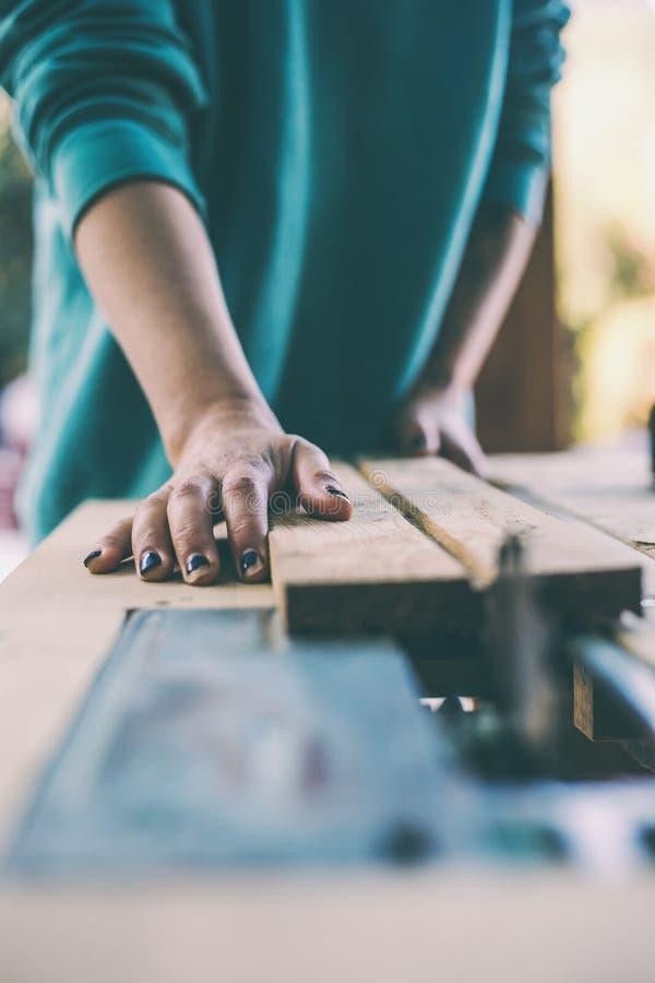 Μια γυναίκα εργάζεται σε ένα εργαστήριο ξυλουργικής στοκ φωτογραφίες με δικαίωμα ελεύθερης χρήσης