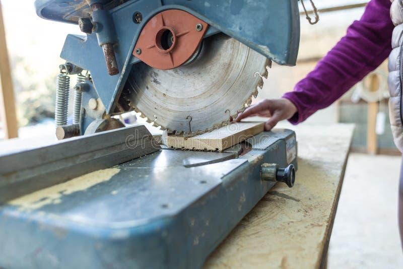 Μια γυναίκα εργάζεται σε ένα εργαστήριο ξυλουργικής στοκ φωτογραφίες