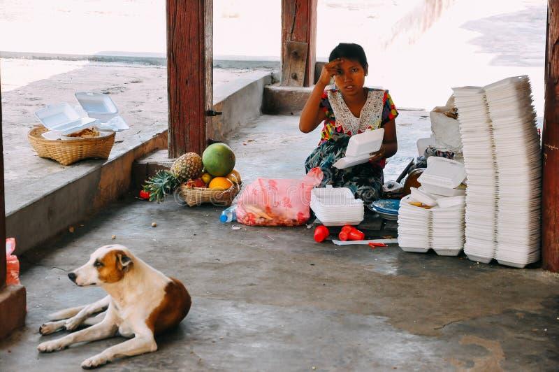 Μια γυναίκα εργαζόμενος που ταξινομεί τα απορρίματα στο Mandalay στοκ φωτογραφία με δικαίωμα ελεύθερης χρήσης