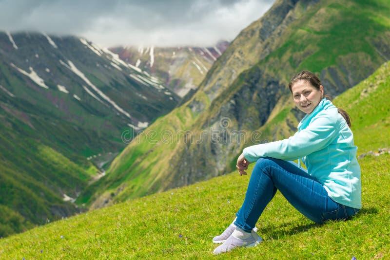 Μια γυναίκα θαυμάζει τα βουνά στην εκστρατεία στοκ φωτογραφίες με δικαίωμα ελεύθερης χρήσης