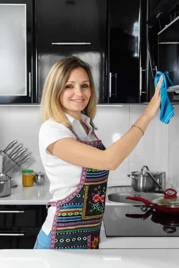 Μια γυναίκα καθαρίζει την κουζίνα στοκ φωτογραφίες με δικαίωμα ελεύθερης χρήσης