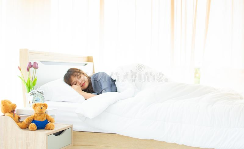 Μια γυναίκα κοιμάται στο κρεβάτι της στοκ φωτογραφία με δικαίωμα ελεύθερης χρήσης