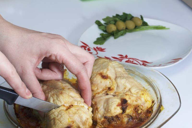Μια γυναίκα κόβει meatloaf Προετοιμασία των ρόλων κιμά Σαν γεμίζοντας βρασμένο αυγό Οι φέτες του τελειωμένου ρόλου είναι σε μια P στοκ φωτογραφίες με δικαίωμα ελεύθερης χρήσης