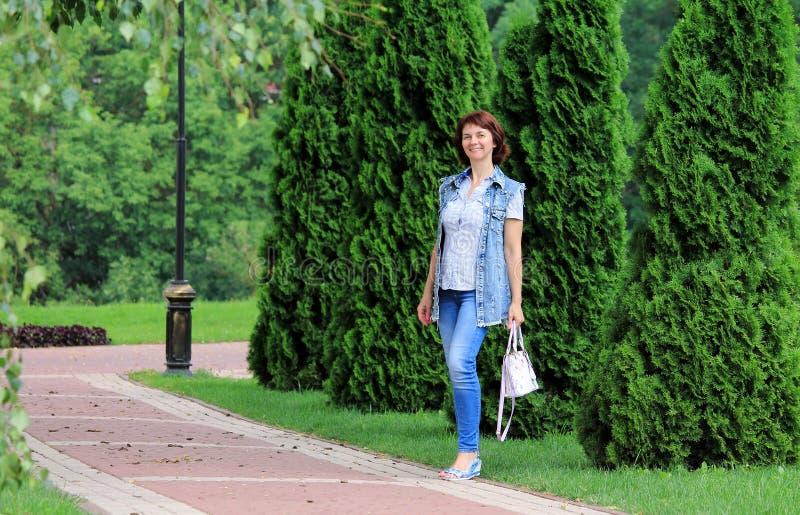 Μια γυναίκα περπατά γύρω από την πόλη στοκ φωτογραφία με δικαίωμα ελεύθερης χρήσης