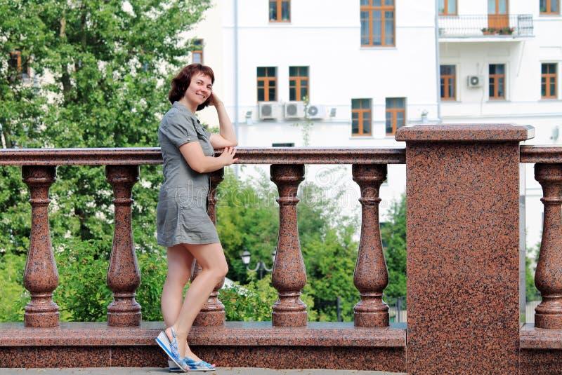 Μια γυναίκα περπατά γύρω από την πόλη στοκ εικόνες με δικαίωμα ελεύθερης χρήσης