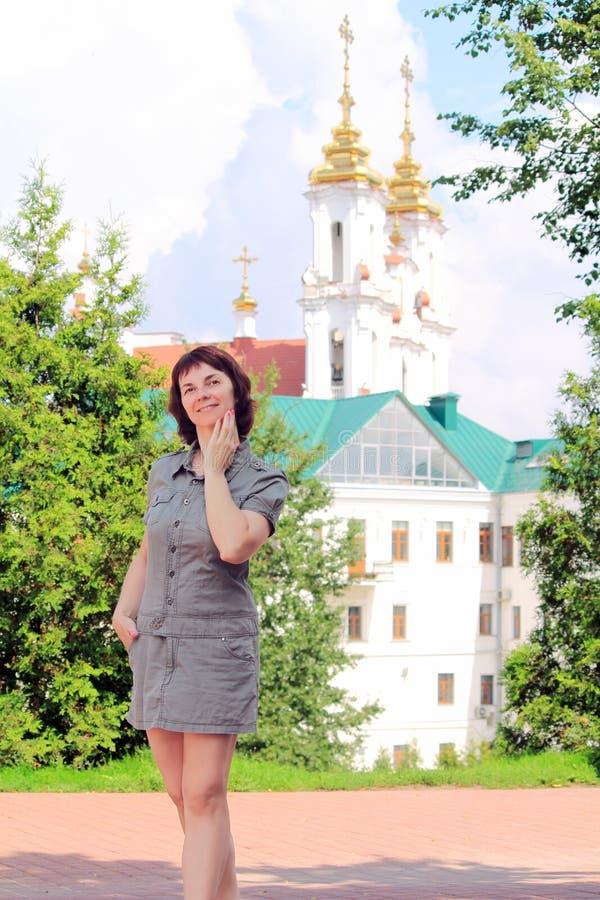 Μια γυναίκα περπατά γύρω από την πόλη στοκ εικόνα με δικαίωμα ελεύθερης χρήσης