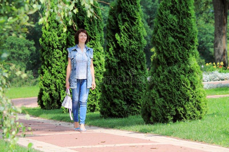 Μια γυναίκα περπατά γύρω από την πόλη στοκ φωτογραφίες
