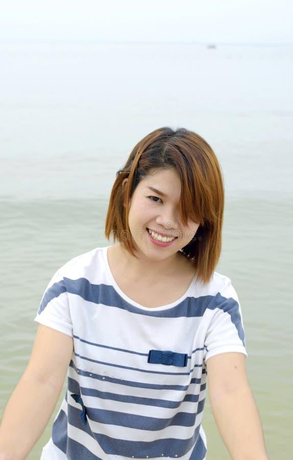 Μια γυναίκα που αισθάνεται ευτυχής στην παραλία στοκ φωτογραφίες με δικαίωμα ελεύθερης χρήσης