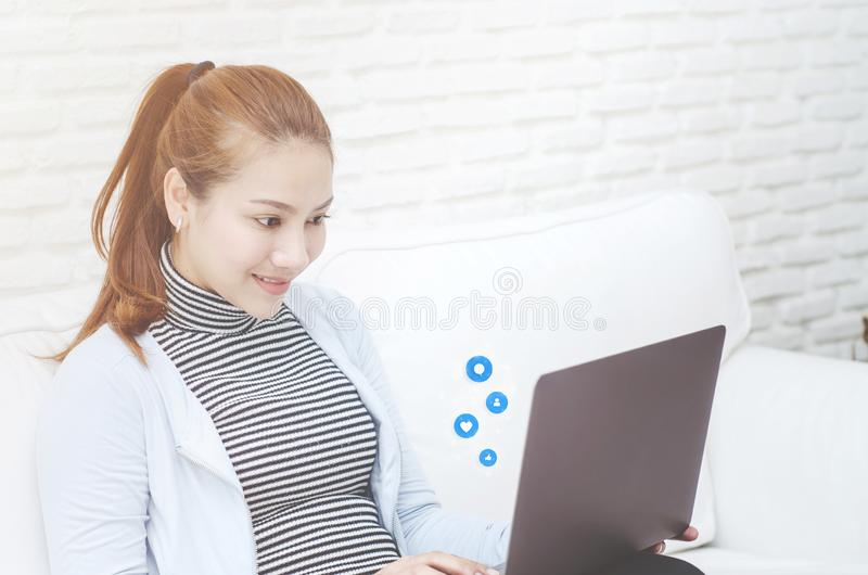 Μια γυναίκα που εργάζεται στο δωμάτιό της στοκ εικόνες με δικαίωμα ελεύθερης χρήσης