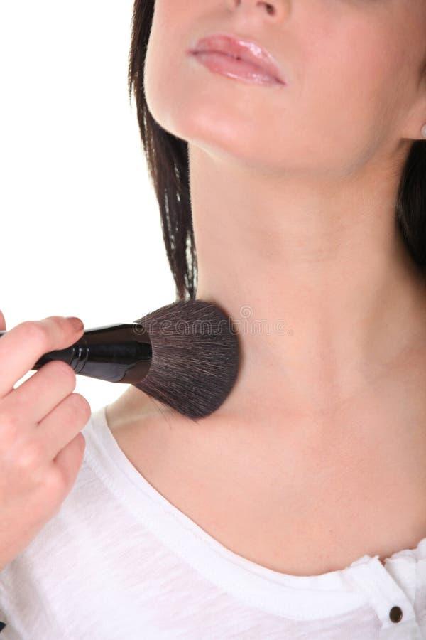 Μια γυναίκα που εφαρμόζει το blusher στοκ φωτογραφία με δικαίωμα ελεύθερης χρήσης
