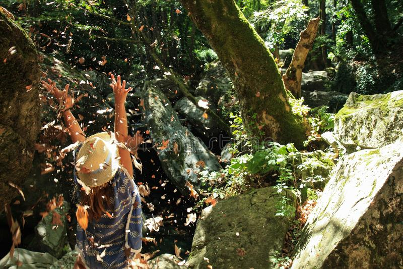 Μια γυναίκα που καλύπτεται με τα μειωμένα φύλλα στοκ φωτογραφία με δικαίωμα ελεύθερης χρήσης